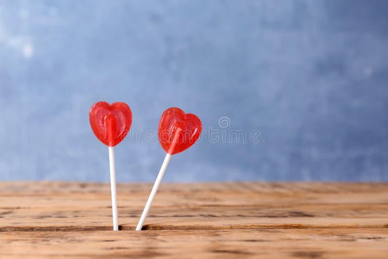 Lucettes en forme de coeur sur le fond de couleur image libre de droits