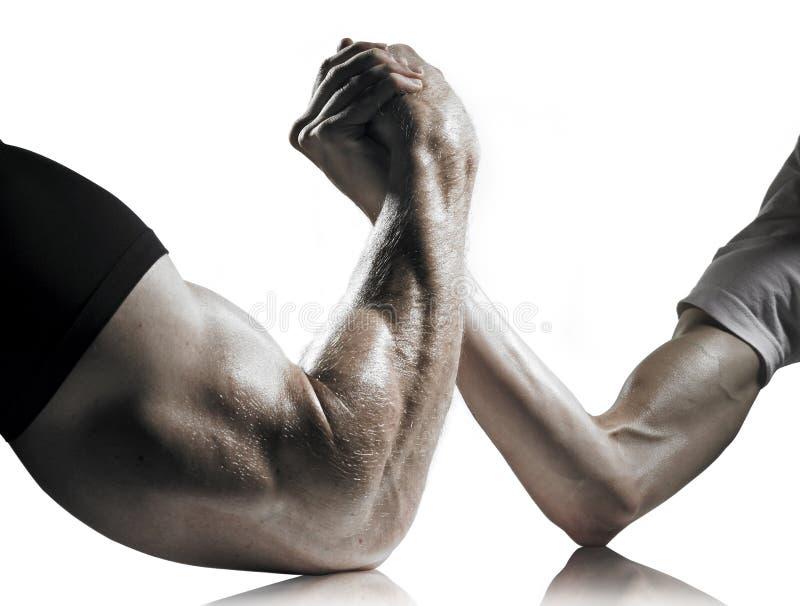 Lucha de brazo fuerte y débil de los hombres foto de archivo