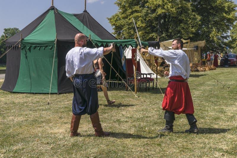 Lucha de dos mangos en traje medieval fotografía de archivo