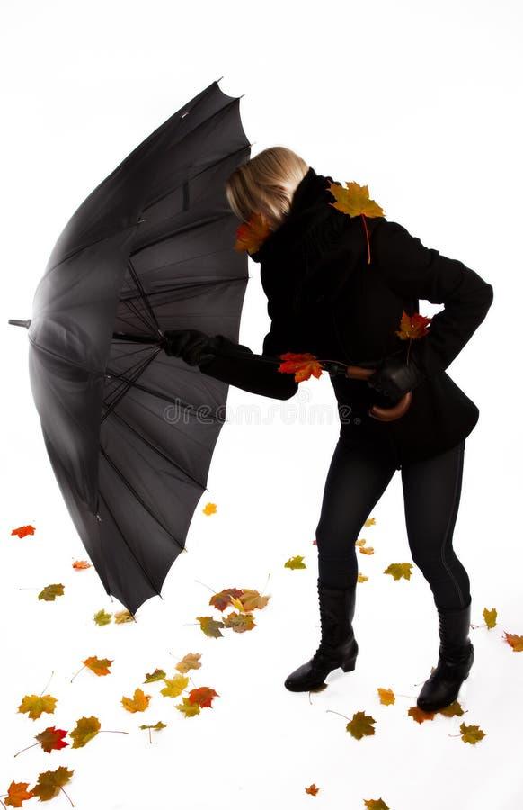 Lucha de la mujer con el viento imágenes de archivo libres de regalías