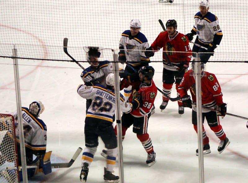 Lucha de los jugadores durante juego de hockey de los Chicago Blackhawks foto de archivo libre de regalías