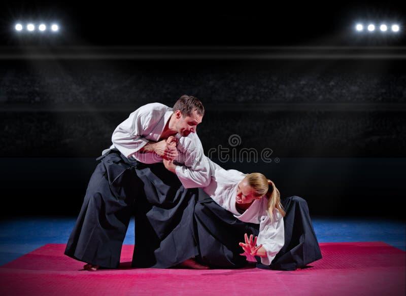 Lucha entre dos combatientes de los artes marciales imagen de archivo libre de regalías