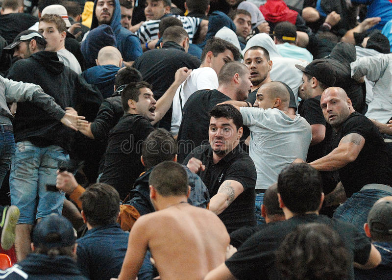 Lucha entre los partidarios del fútbol en Rumania-Hungría imagenes de archivo