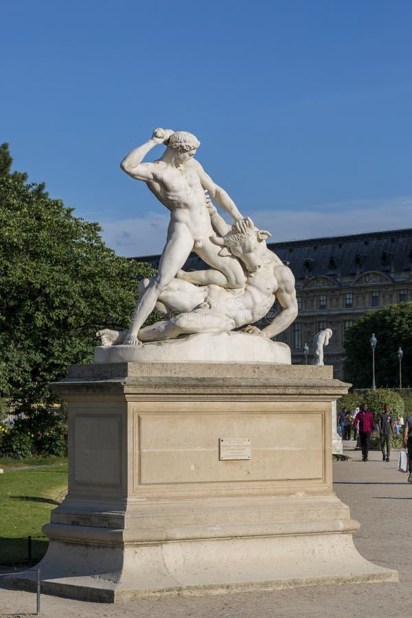 Lucha escultural de la composición de Theseus con el Minotaur en el jardín de Tuileries en París fotos de archivo