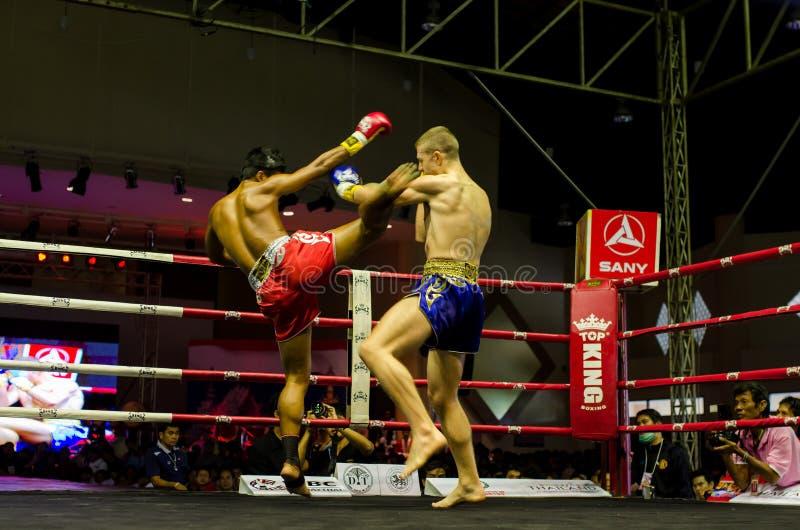 Lucha tailandesa del boxeo de retroceso en la etapa fotografía de archivo libre de regalías