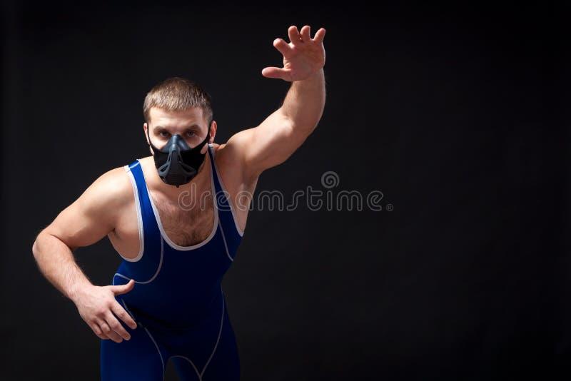 Luchador de sexo masculino oscuro-cabelludo joven fotos de archivo