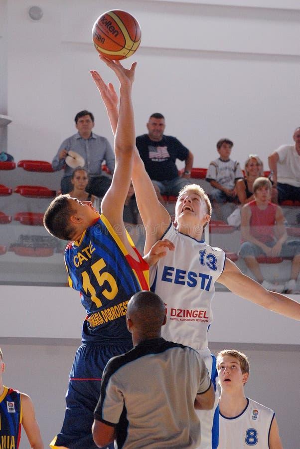 Luchas de Emanuel Cate del jugador de básquet para la bola imagen de archivo libre de regalías