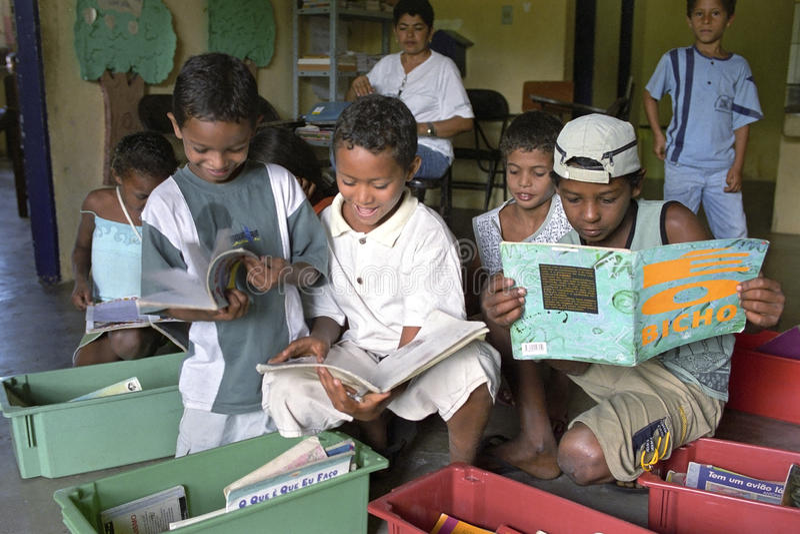 Luche contra analfabetismo a través de la biblioteca móvil, el Brasil imágenes de archivo libres de regalías