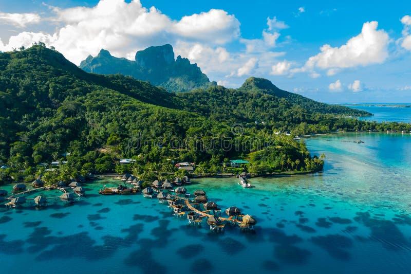 Lucht de hommelbeeld van Bora Bora van het paradijs en overwater de bungalowwen van de reisvakantie royalty-vrije stock afbeeldingen