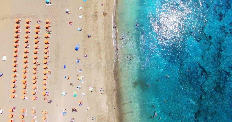 lucht De zomerstrand met mensen en turkoois oceaanwater royalty-vrije stock afbeelding