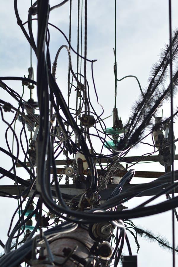 Lucht en overvolle kabel van elektriciteit en telefoonnetwerk royalty-vrije stock afbeelding
