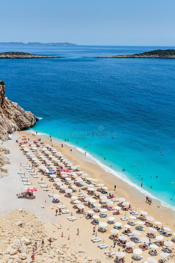 Lucht hoogste mening over het strand Paraplu's, zand en overzeese golven stock afbeeldingen