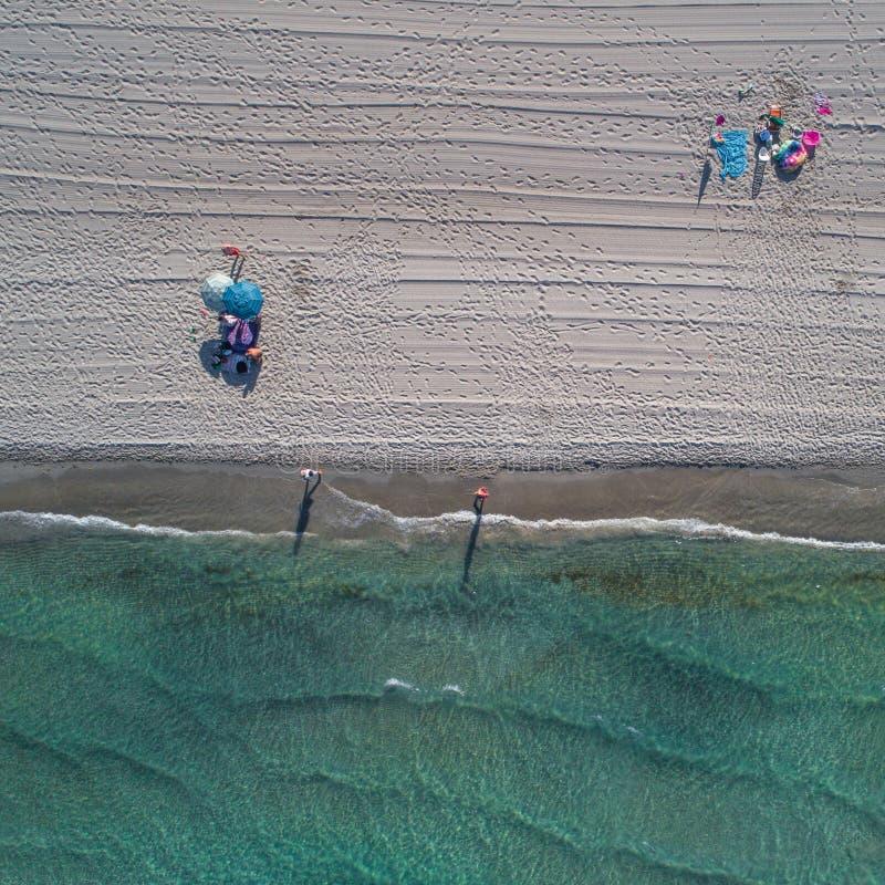 Lucht hoogste mening over het strand van La Manga Paraplu's, sporen op het zand en de turkooise Middellandse Zee stock fotografie