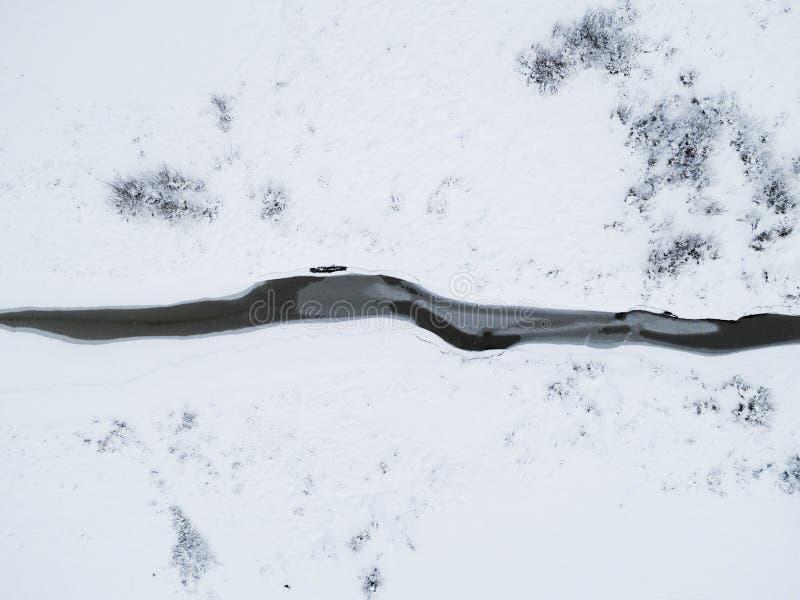 Lucht hoogste mening van bevroren rivier onder sneeuw Lucht de winterlandschap De luchtwinter Luchtsneeuwtextuur Mooi sneeuwlands royalty-vrije stock fotografie