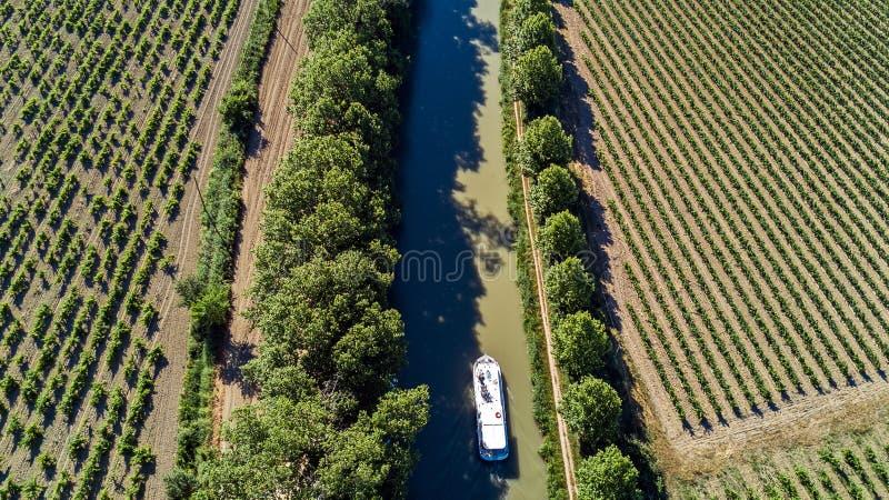 Lucht hoogste mening van boot in Canal du Midi van hierboven, reis door aak in Zuidelijk Frankrijk stock afbeeldingen