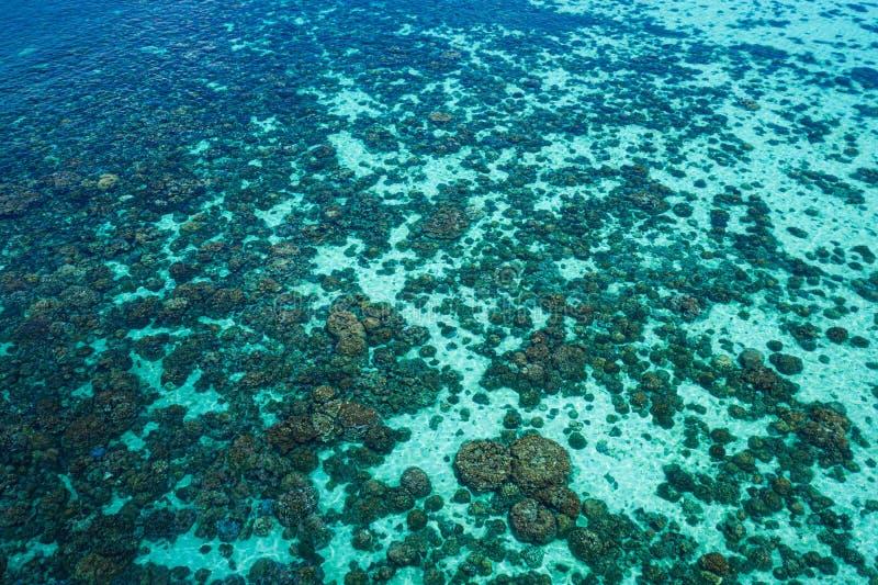 Lucht hoogste mening van de glasheldere oppervlakte van het lagunezeewater stock fotografie