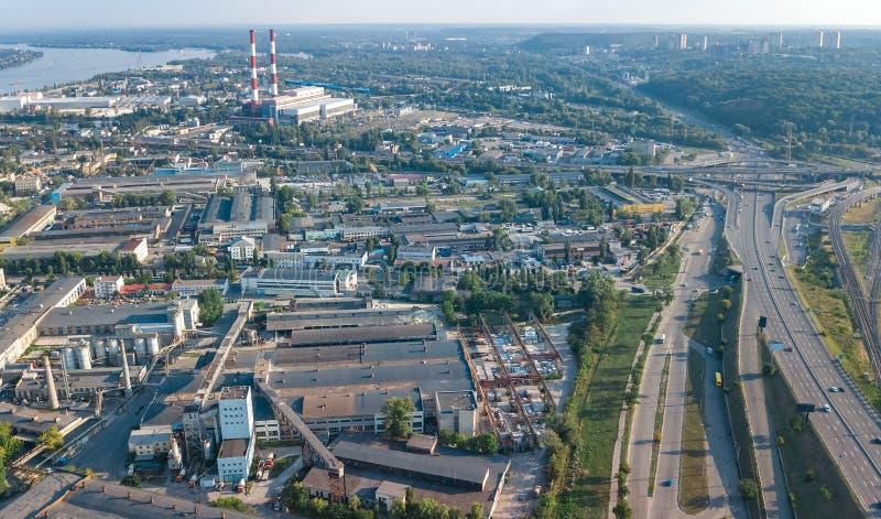 Lucht hoogste mening van industrieterreinstreek van hierboven, fabrieksschoorstenen en pakhuizen, de industriedistrict in Kiev, d royalty-vrije stock foto's
