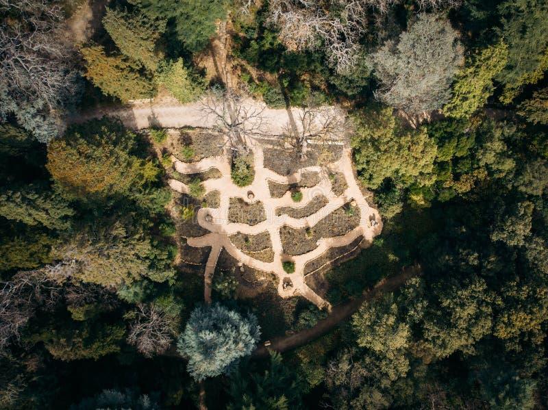 Lucht hoogste mening van mooi groen park met verschillende bomen en wegen in de botanische tuin van Nikitsky, de Krim Het ontwerp stock afbeelding