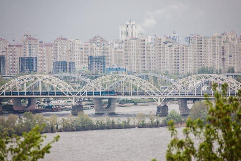 Lucht hoogste mening van Paton-brug en Dnieper-rivier van hierboven, ci stock afbeeldingen