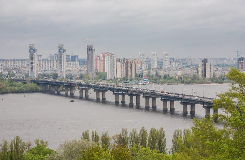 Lucht hoogste mening van Paton-brug en Dnieper-rivier van hierboven, stad van Kiev royalty-vrije stock foto