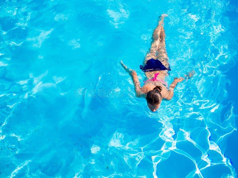 Lucht hoogste mening van vrouw in zwembadwater van hierboven, vakantie holaday concept stock afbeelding