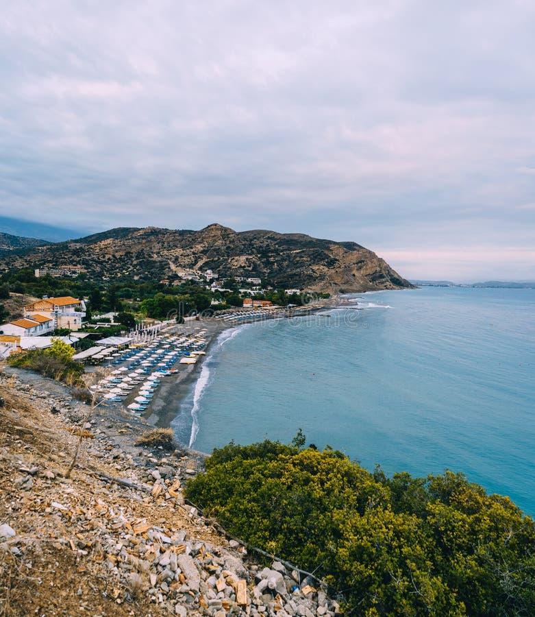 Lucht Hoogste Panoramamening van het strand van Aghia Galini bij het eiland van Kreta in Griekenland De kust van het zuiden van h royalty-vrije stock foto