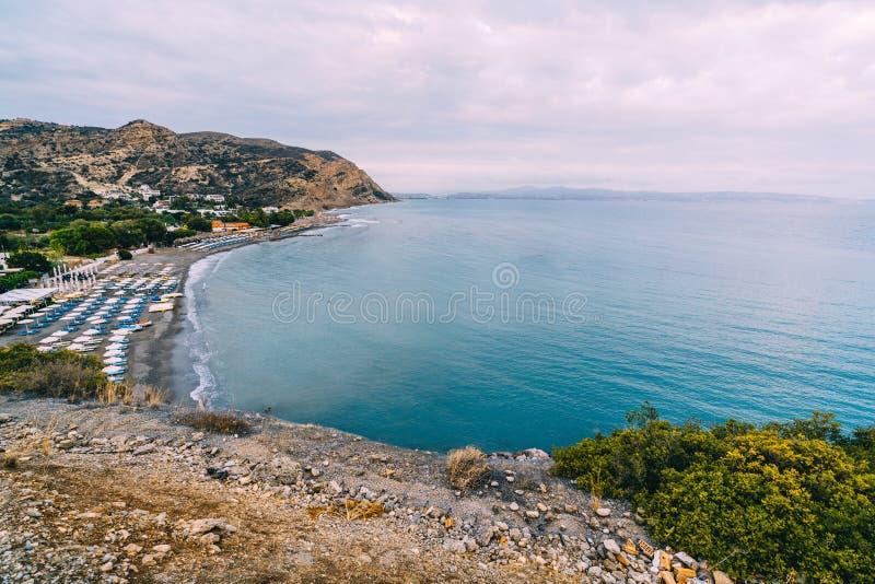 Lucht Hoogste Panoramamening van het strand van Aghia Galini bij het eiland van Kreta in Griekenland De kust van het zuiden van h stock fotografie