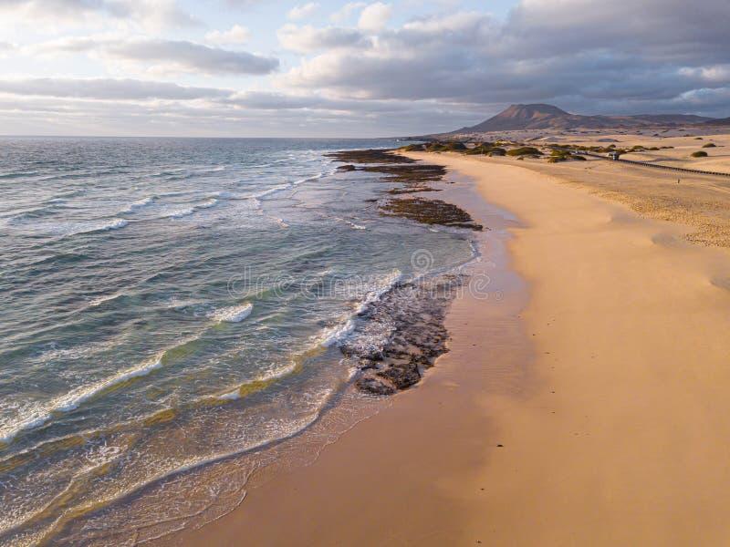 Lucht luchtbeeld van de Corralejo-Kustlijn, Fuerteventura stock foto's