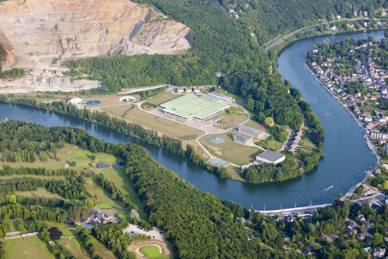 Lucht Mening: De plaats van Channeling langs een rivier stock foto's