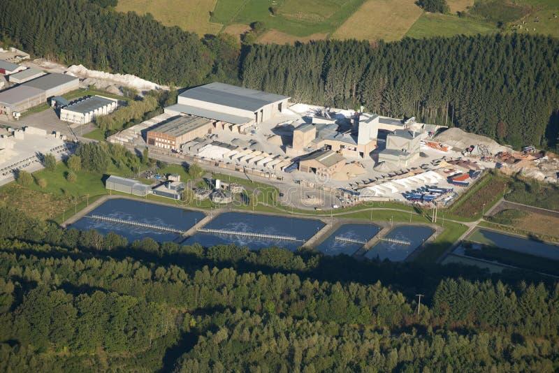 Lucht mening: Marmeren de industrie en waterbehandeling stock afbeeldingen