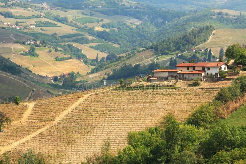 Lucht mening over landbouwbedrijfhuis op de heuvels in Italië. royalty-vrije stock afbeeldingen
