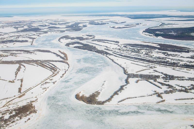 Lucht mening van de grote rivier met drijvende ijsijsschollen tijdens zonsondergang Het afdrijven van ijs Het drijven van ijs Ijs stock afbeeldingen