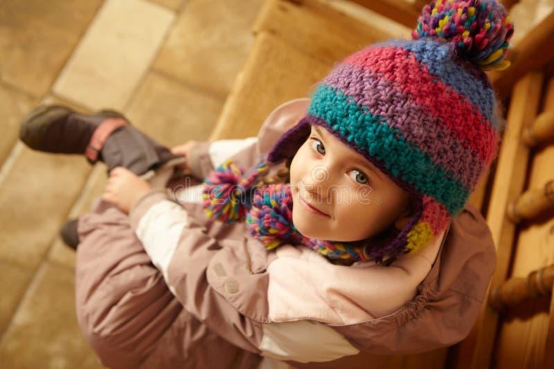 Lucht Mening van de Jonge Zitting van het Meisje op Houten Zetel stock afbeeldingen