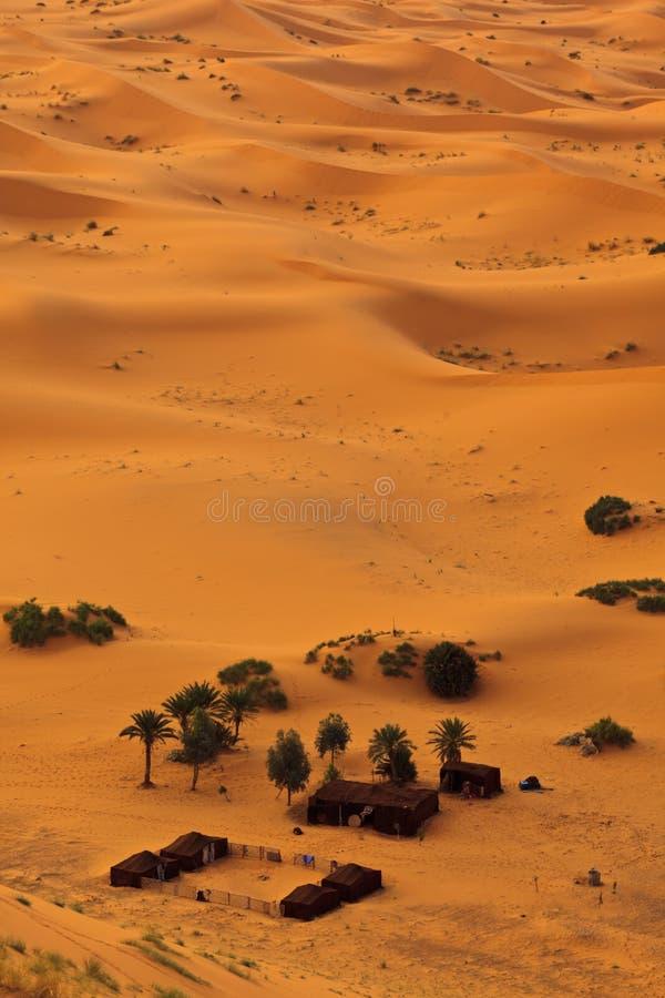 Lucht mening van de Sahara en bedouin kamp, Marokko royalty-vrije stock fotografie