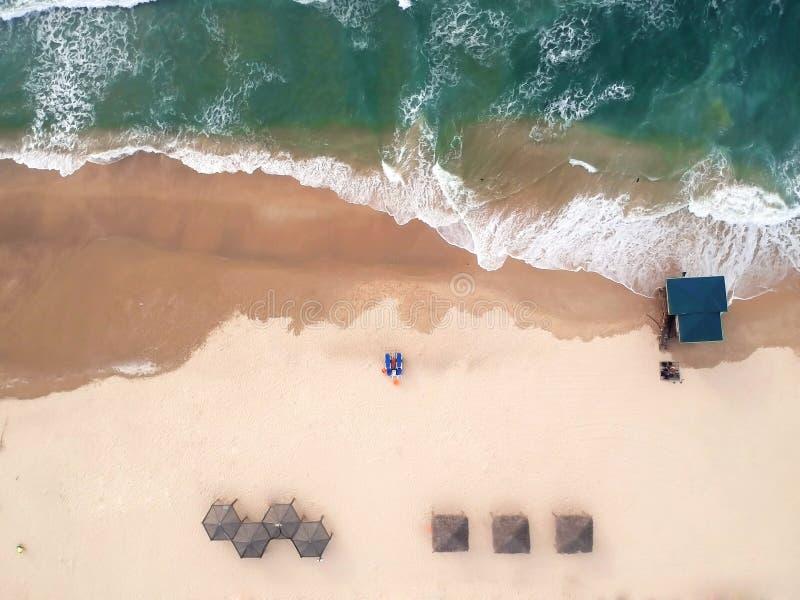 Lucht mening van het strand De Middellandse Zee, Israël Het huis van de redder, paraplu's, zand, chaise-longue stock fotografie