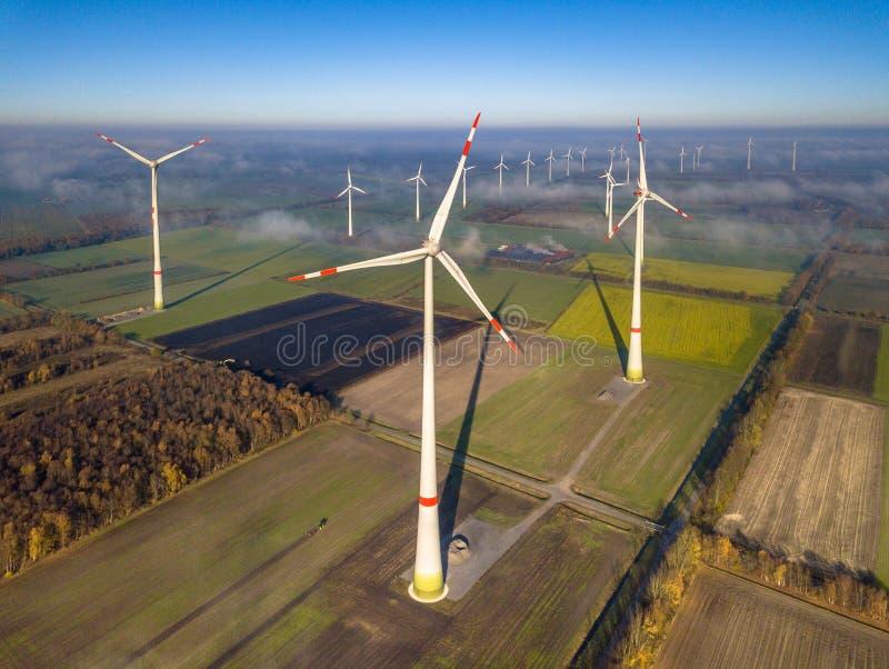 Lucht mening van windturbines stock foto's