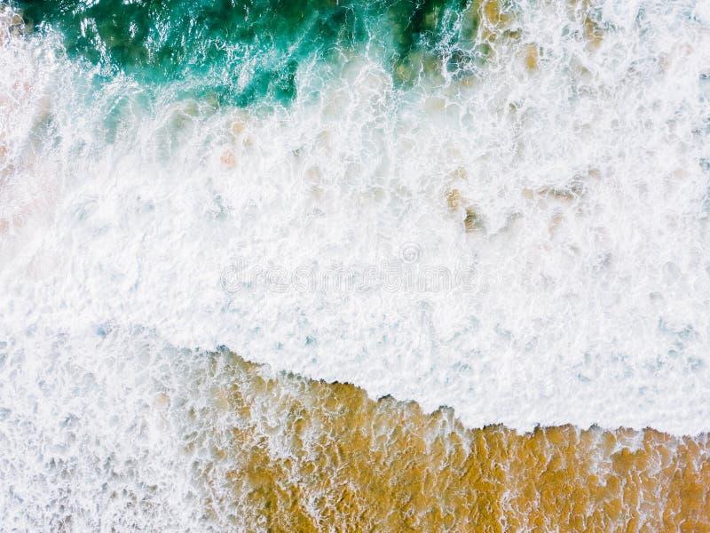 Lucht Panoramische Hommelmening van Blauwe Oceaangolven die op Sandy Beach verpletteren stock foto
