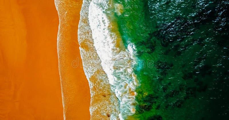 Lucht Panoramische Hommelmening van Blauwe Oceaangolven en Mooi Strand in Portugal royalty-vrije stock fotografie