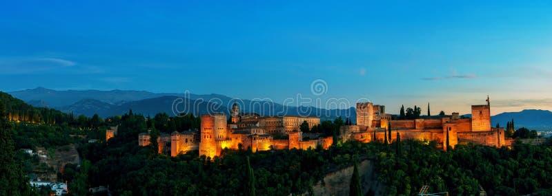 Lucht panoramische nachtmening van Alhambra Palace binnen stock fotografie