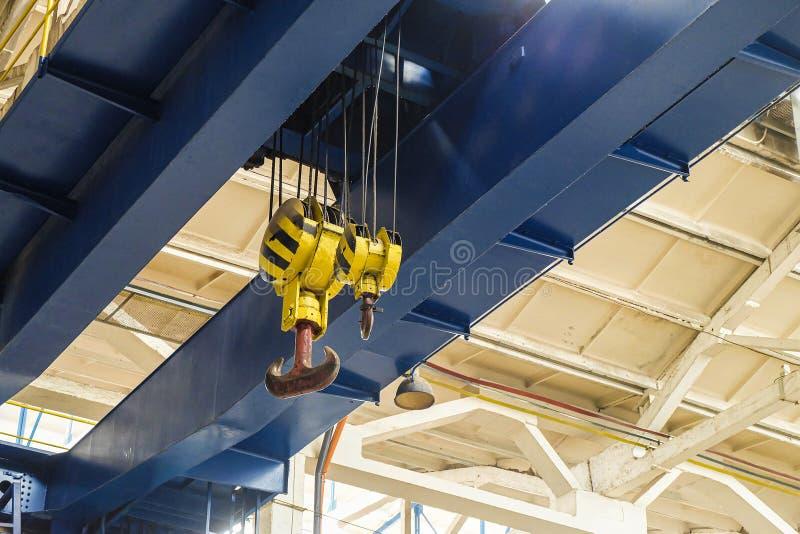 Lucht reizende kraan met staalhaken stock afbeelding