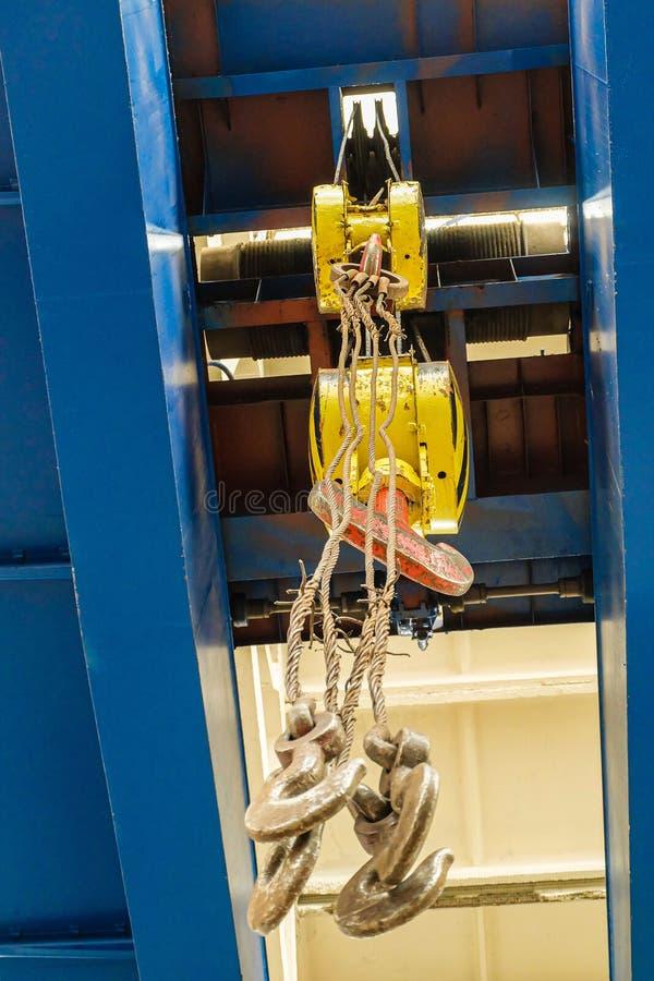 Lucht reizende kraan met staalhaken in industriële engeenering installatiewinkel royalty-vrije stock foto