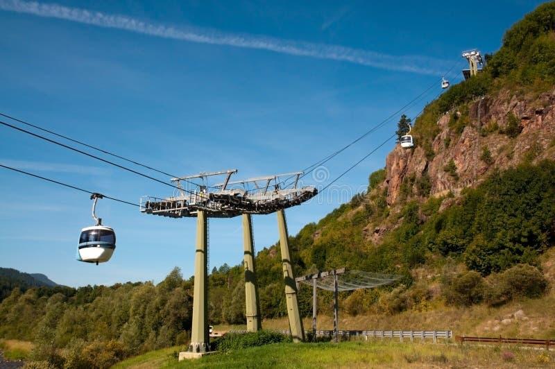 Lucht tramspoor (kabelwagen) - Cermis, Italië stock fotografie