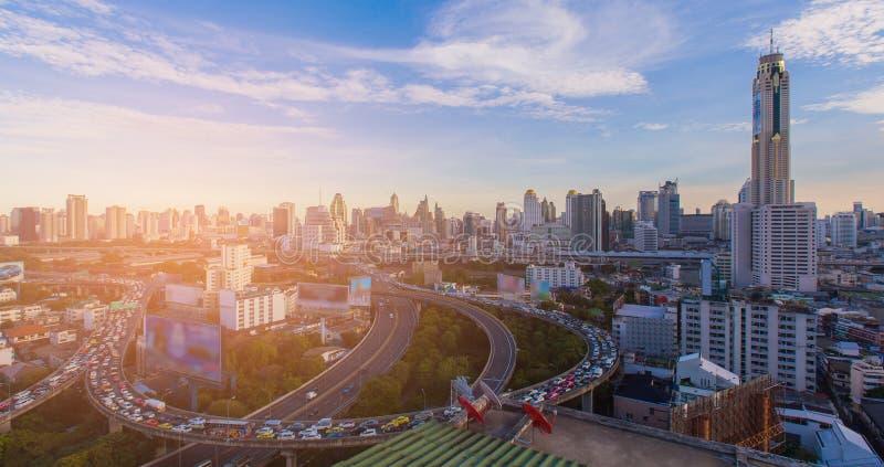 Lucht van de bedrijfs meningsstad achtergrond van de binnenstad met wegkruising stock foto's