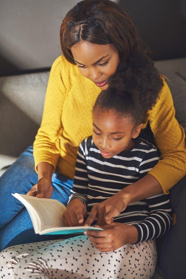 Lucht van de meningsmamma en dochter lezingsboek royalty-vrije stock foto