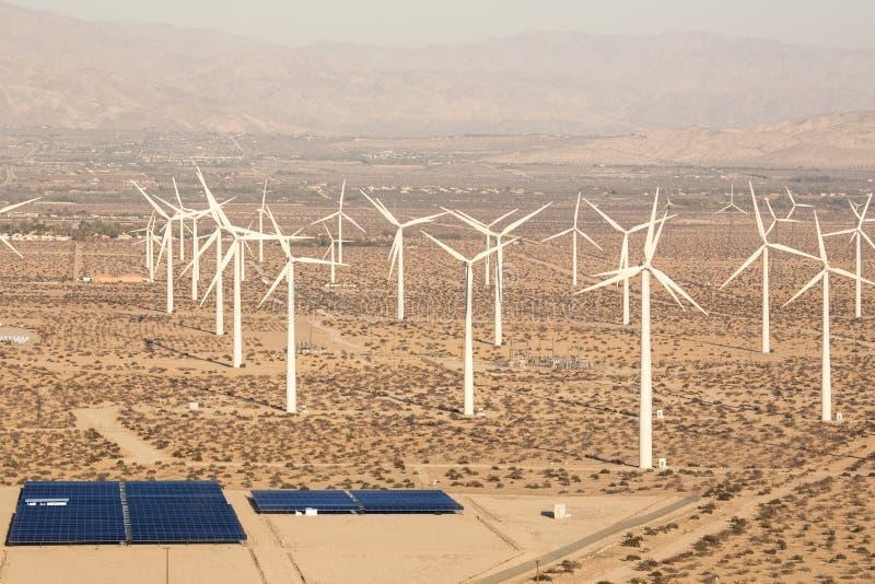 Lucht Zonnelandbouwbedrijf en Turbines in de Woestijn van Californië stock afbeeldingen