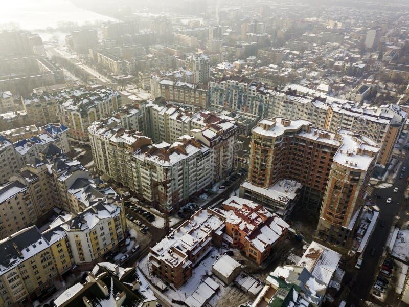 Lucht zwart-witte de winter hoogste mening van modern stadscentrum met lange gebouwen en geparkeerde auto's op sneeuwstraten royalty-vrije stock afbeelding