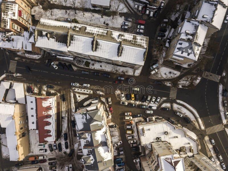 Lucht zwart-witte de winter hoogste mening van moderne stad met lange gebouwen, geparkeerde en bewegende auto's langs straten met royalty-vrije stock afbeeldingen