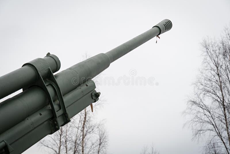 Luchtafweerkanon op de weg van het leven Militaire uitrusting 40 jaar stock foto