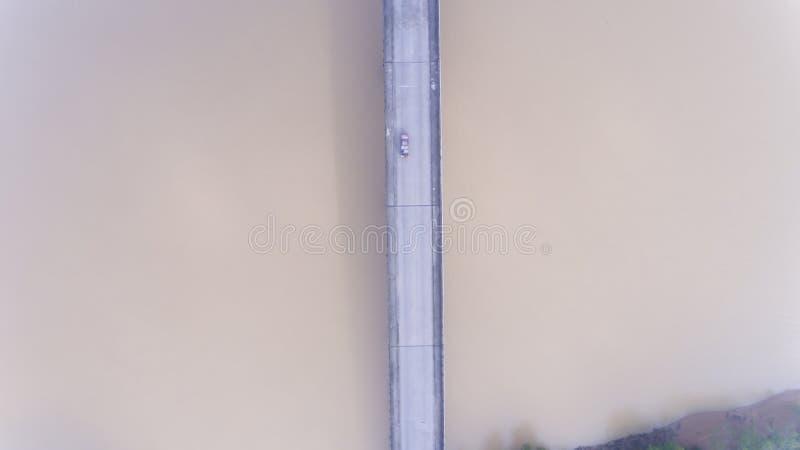 Luchtauto op de brug stock afbeeldingen