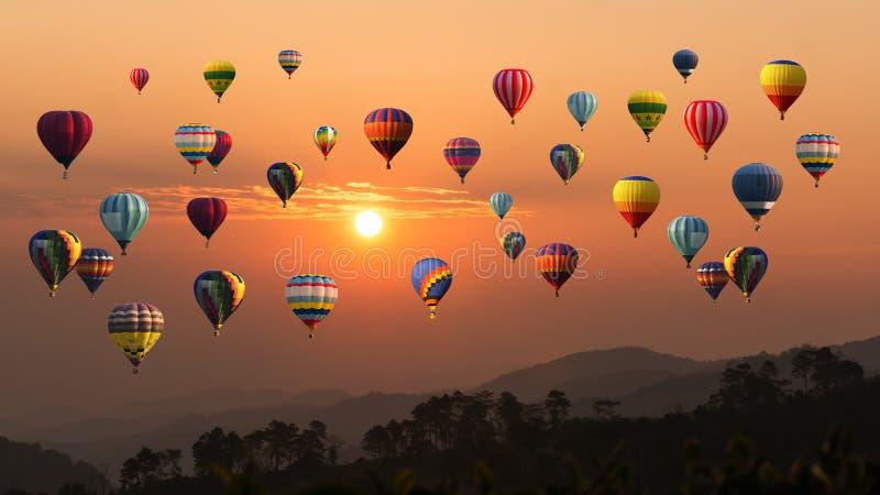 Luchtballon boven hoge berg bij zonsondergang A stock afbeeldingen